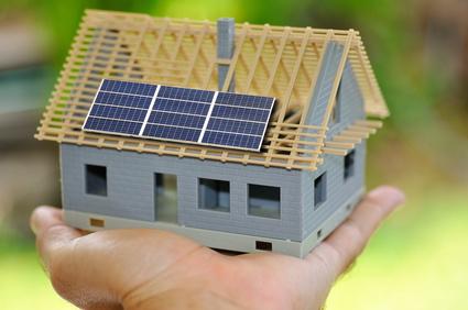 Maison avec des panneaux solaires.